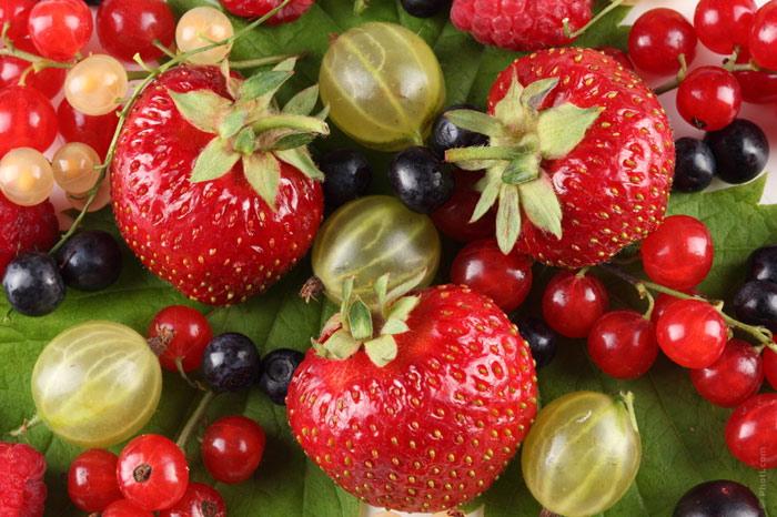 700-snack-food-berries-strawberry-raspberry-eat