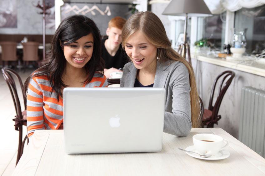 700-girls-women-friends-cafe-online-chatting-fun-meeting-laugh-smile-gaming-