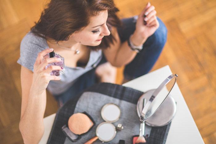 kaboompics.com_woman-applying-perfume-makeup-beauty-face-skin-mirror