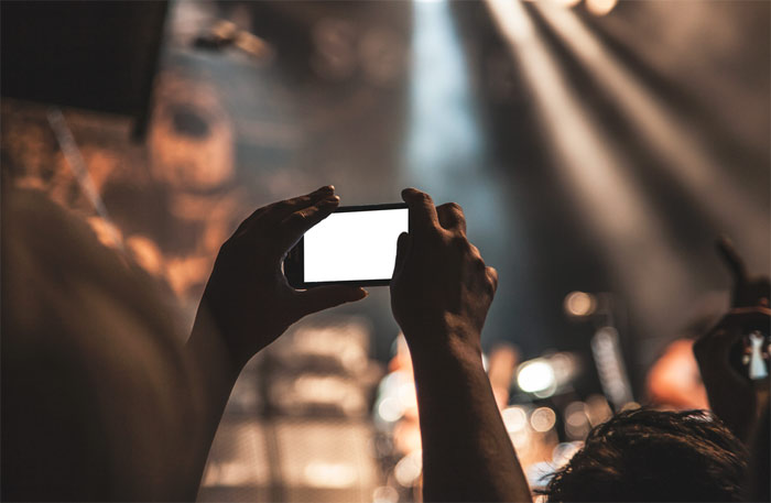 selfie-concert-smartphone-phone-photo-picture-taking