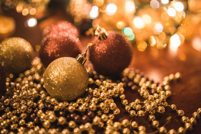 kaboompics.com_Christmas-Gold-Balls