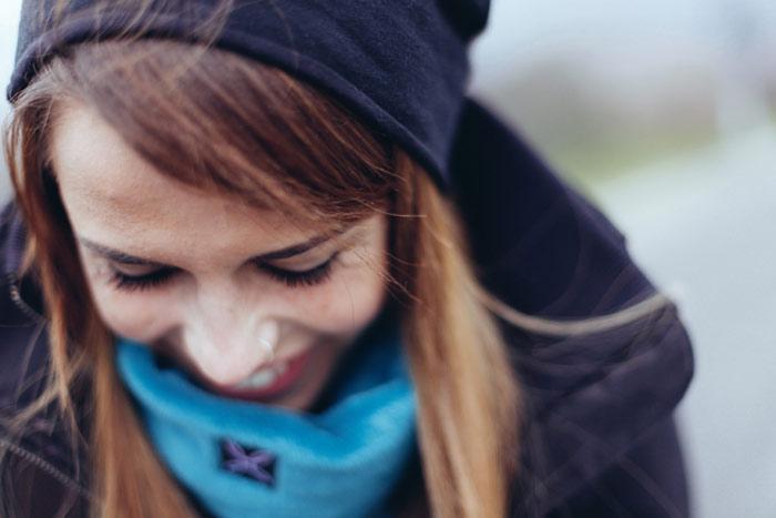 smile-girl-woman-mascara-hat-winter